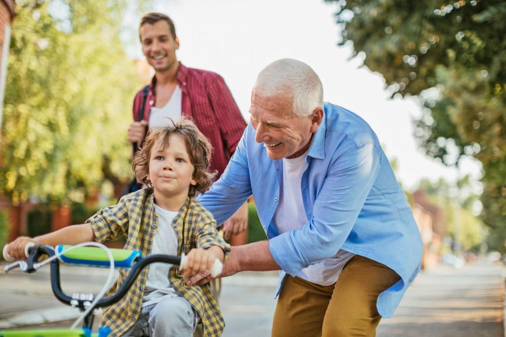 Mit den Enkeln spielen und herumtoben - auch dafür sind gesunde Gelenke eine wichtige Voraussetzung - Arthrosepatienten