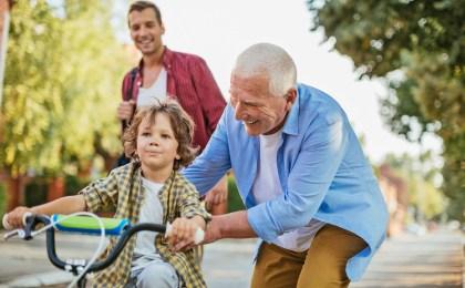 Mit den Enkeln spielen und herumtoben - auch dafür sind gesunde Gelenke eine wichtige Voraussetzung.