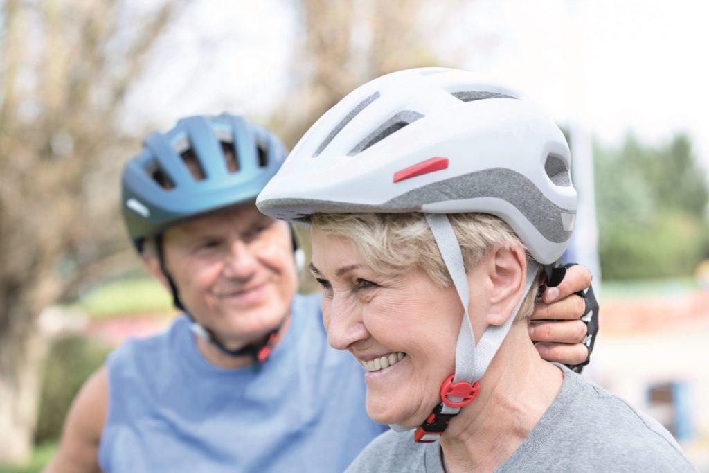 Sportlich und aktiv bleiben - so malen sich viele ihren Ruhestand aus. Für den Fall der Fälle kommt es dabei auch im Alter auf einen guten Versicherungsschutz an, von der Kranken- bis zur Unfallversicherung.
