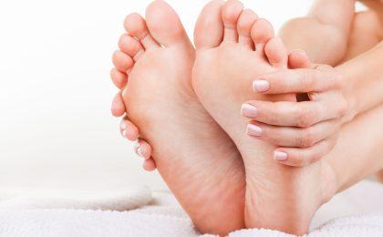 Nervenschmerzen entstehen oft als erstes an den Füßen. Werden sie nicht behandelt, schreitet eine Schädigung der Nerven meist weiter voran und die Beschwerden nehmen zu.