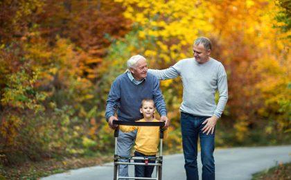Pflegegeld wird nicht an die pflegende Person gezahlt, sondern an den Pflegebedürftigen. Dieser kann es als finanzielle Anerkennung an pflegende Angehörige weitergeben.