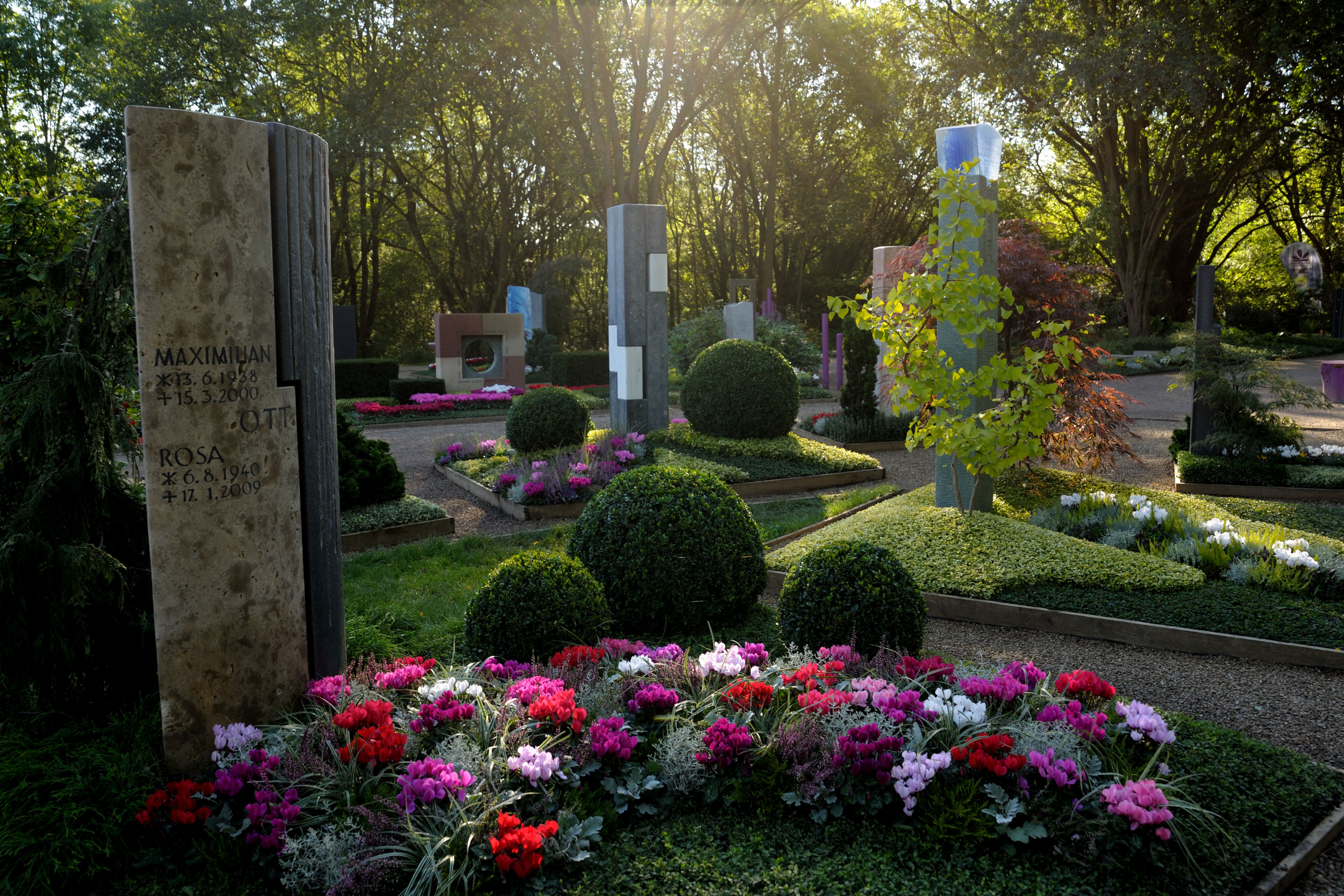 Farbenfroher Herbst auf dem Friedhof