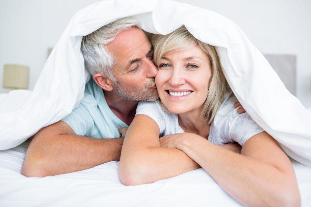 Körperliche Nähe, Intimität und Zärtlichkeit gehören für die meisten Menschen zu einer erfüllten Beziehung dazu - und zwar in jedem Alter.