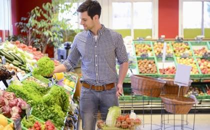 Wer unter Gelenkbeschwerden leidet, sollte seine Ernährung auf basische Kost umstellen.