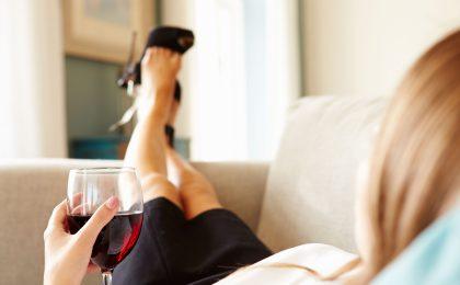 Das Glas Rotwein gehört für viele zum Feierabend dazu. Doch regelmäßiger Alkoholgenuss kann das Krebsrisiko erhöhen.