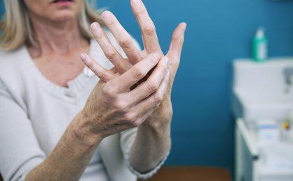 Steifigkeit und Schmerzen in den Händen treten besonders häufig bei Frauen in reiferem Alter auf.