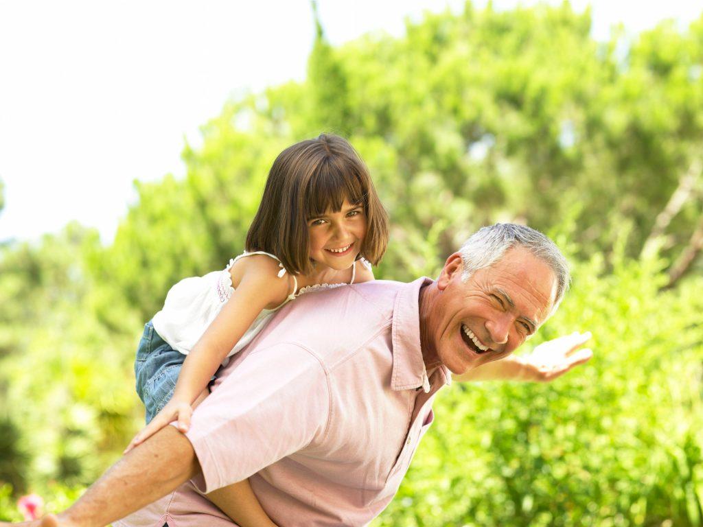 Viele Großeltern schultern heute aktiv einen Teil der Enkelbetreuung. Das macht Spaß, kann aber auch Kraft kosten.