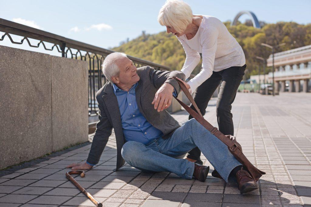 Starker Muskelabbau kann Gangunsicherheit und Stürze begünstigen.