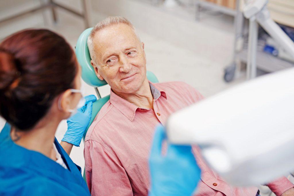 Auch der Zahnarzt sollte vor der Behandlung über die Einnahme blutverdünnender Medikamente informiert werden.