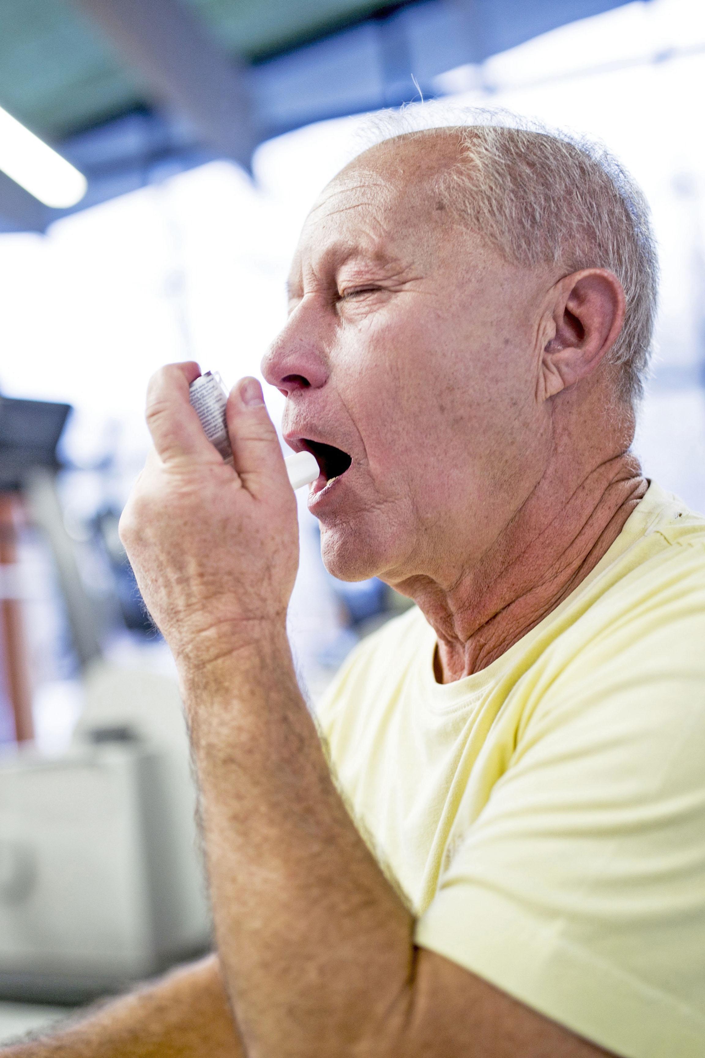 Gerade bei Grunderkrankungen wie chronischen Atemwegsproblemen, Diabetes oder Herz-Kreislaufleiden ist eine Grippeimpfung für Senioren wichtig.