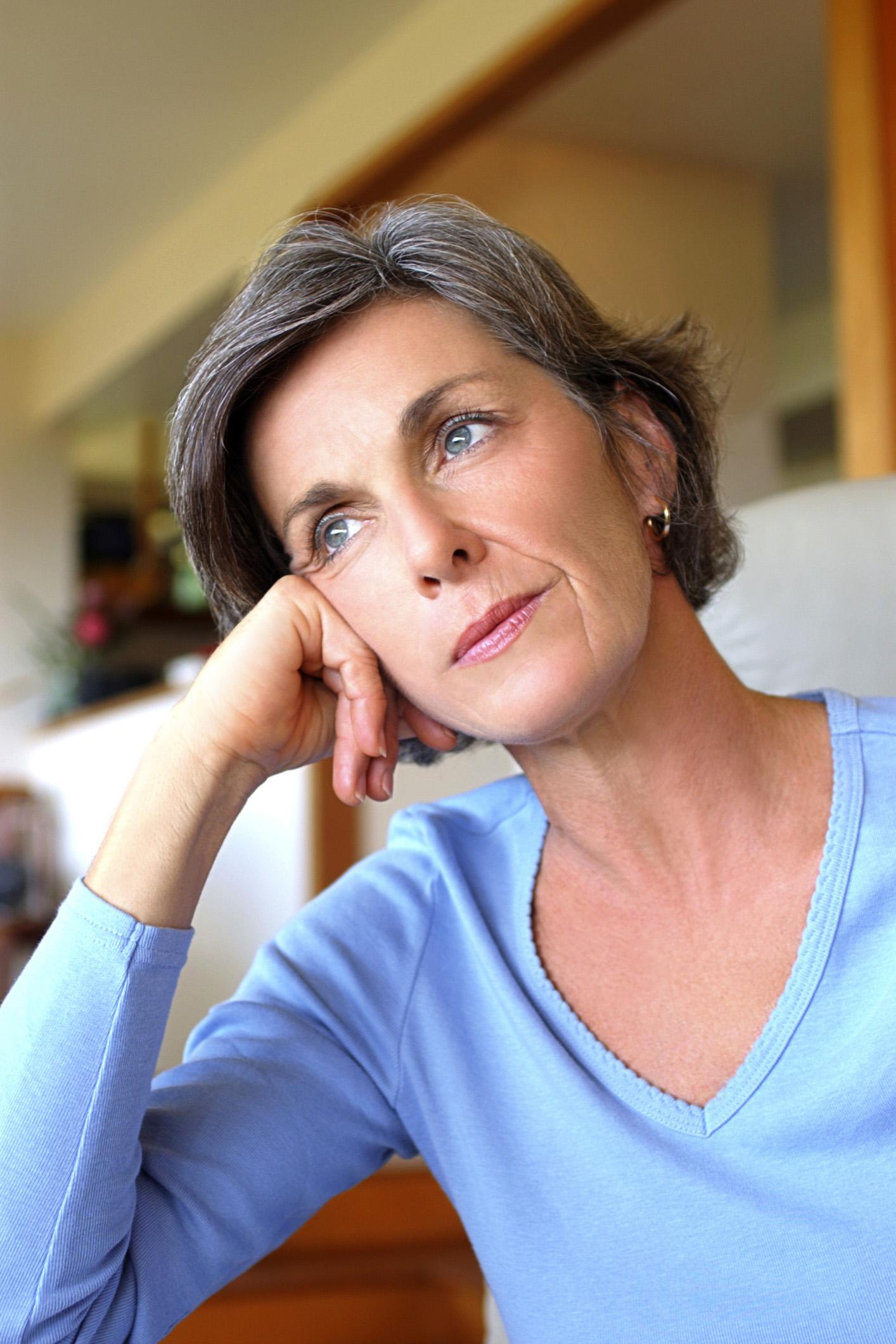 Die sogenannte saisonal abhängige Depression (SAD) ist alles andere als eine eingebildete Krankheit. Inzwischen ist wissenschaftlich nachgewiesen, dass ein Mangel an Botenstoffen im Gehirn eine bedeutende Rolle spielt, ausgelöst durch den veränderten Hormon- und Energiehaushalt des Körpers im Winter.