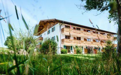 Idyllisch in Bad Bayersoien gelegen, kümmert sich die Privatklinik am See ausschließlich um Alkoholpatienten.