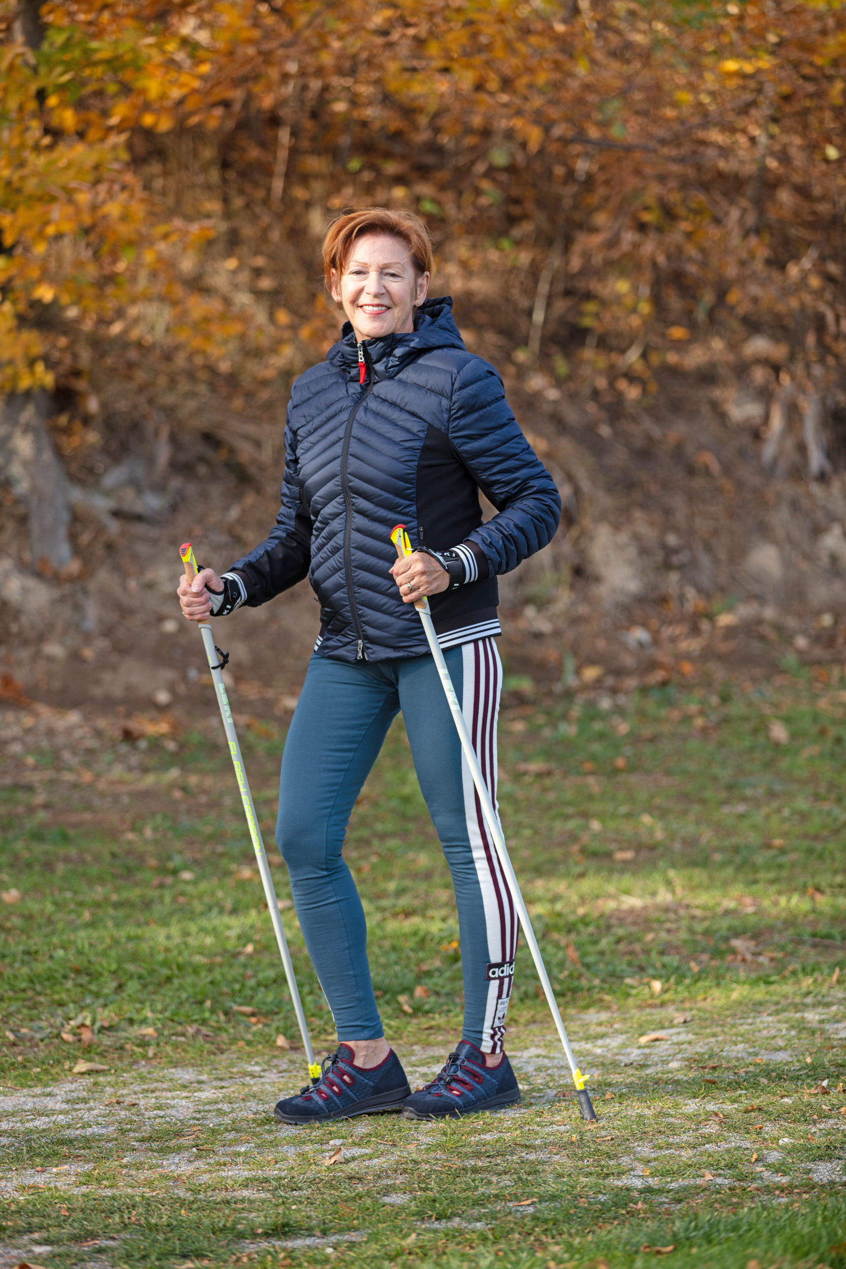 Seniorin beim Nordic Walking