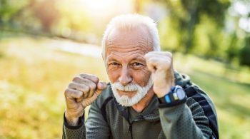 Älterer Herr äusserst Abwehrstark
