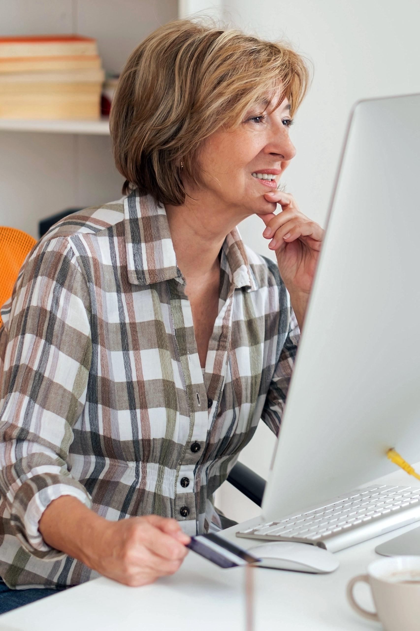 Reife Frau prüft ihre fondsgebundene Rentenversicherung