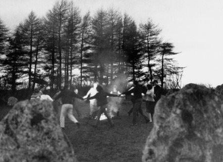 En un rito de mil años de antigüedad, las brujas bailan alrededor de la hoguera dentro del prehistórico círculo de piedras de Rollright que aún se mantiene en Oxfordshire. En el clímax del baile saltan sobre el fuego (abajo) para estimular el sol como fuerza de vida.