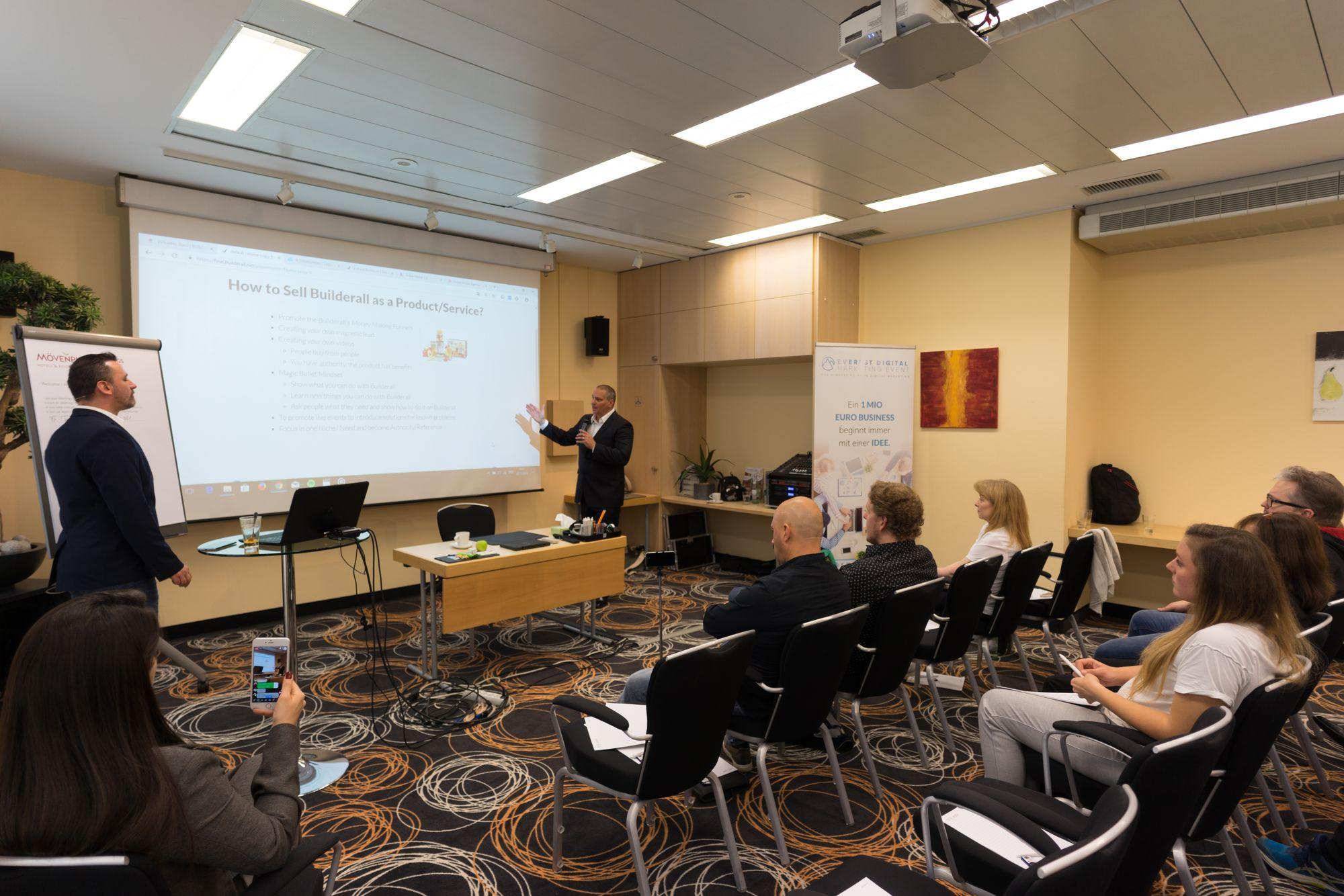 Erick Salgado (CEO Builderall) als Sprecher mit Marco Vantroba auf dem Builderall Everest 2018 in Nürnberg (Germany)
