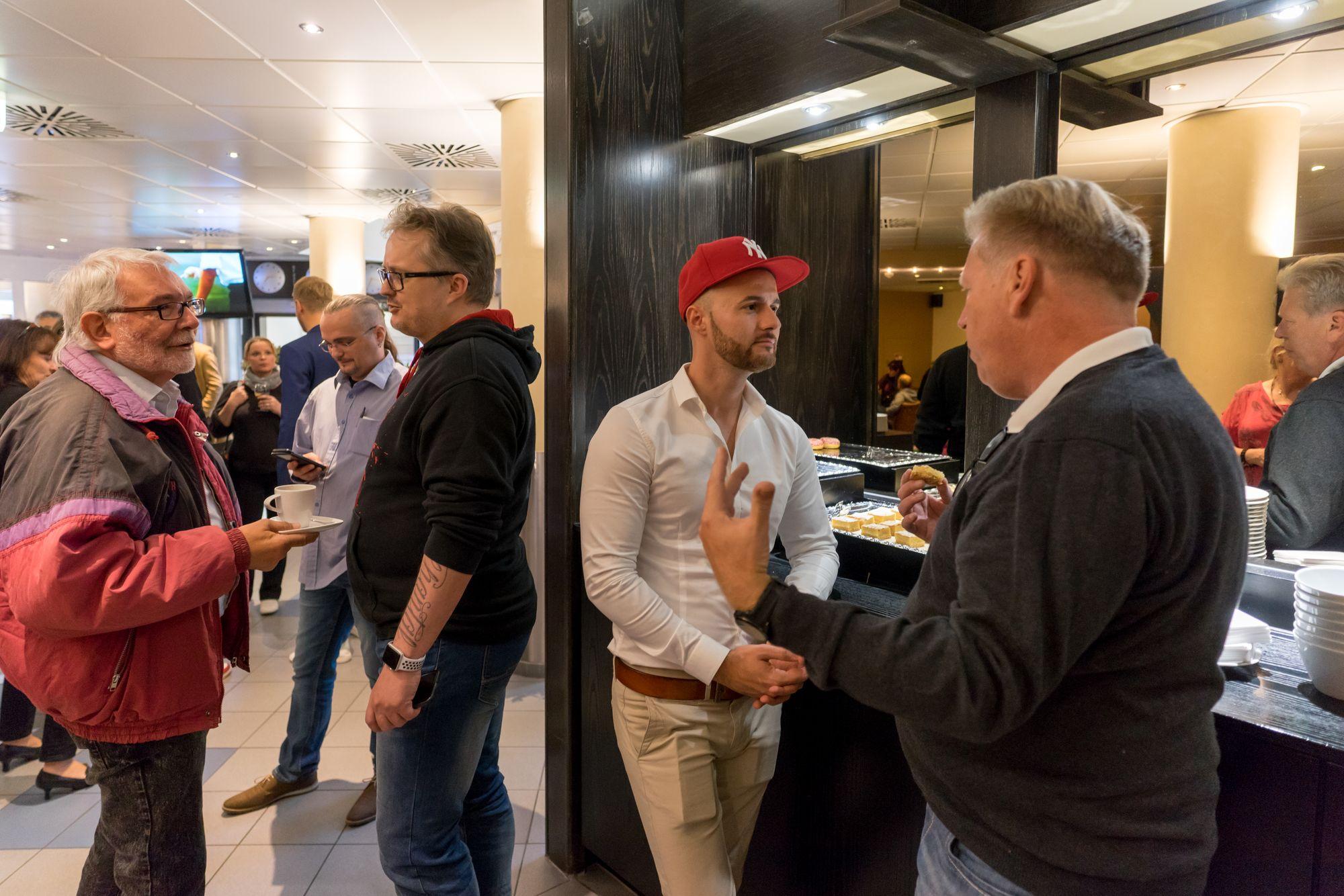 Dirk Schumacher, Daniel Hauber und weitere Teilnehmer in einer Pause auf dem Builderall Everest 2018 in Nürnberg (Germany)
