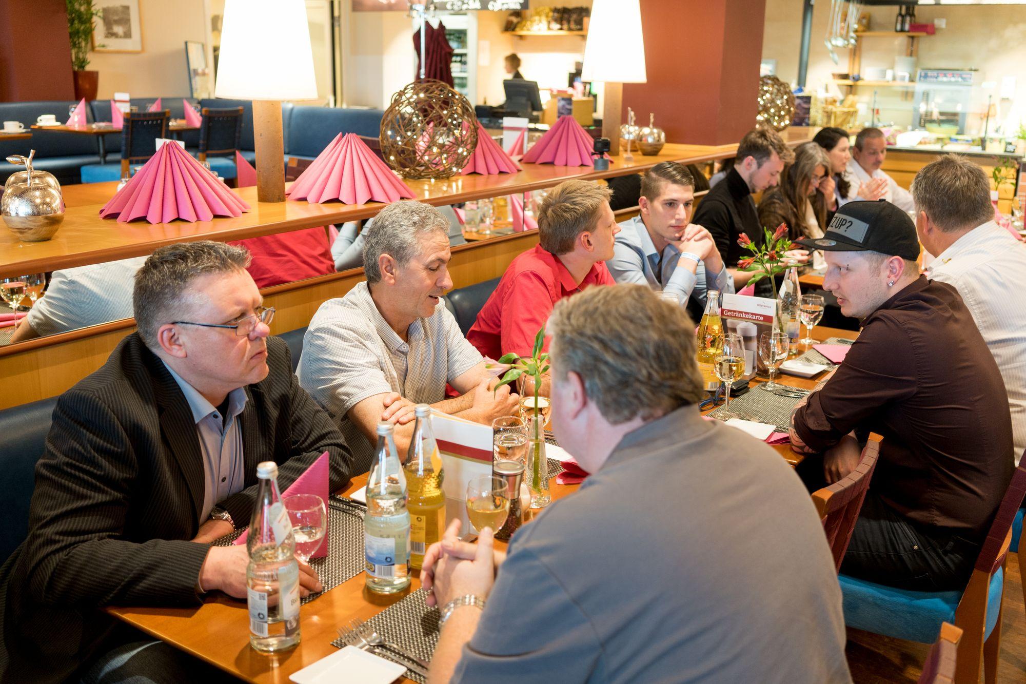 Dimitrios Agrodimos, Tim-Christopher Jäger und weitere Teilnehmer beim Abendessen im Flughafen Nürnberg auf dem Builderall Everest 2019 in Nürnberg (Germany)