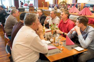 Matthias Jäger, Tim-Christopher Jäger, Dimitrios Agrodimos und weitere Teilnehmer beim Abendessen im Flughafen Nürnberg auf dem Builderall Everest 2019 in Nürnberg (Germany)