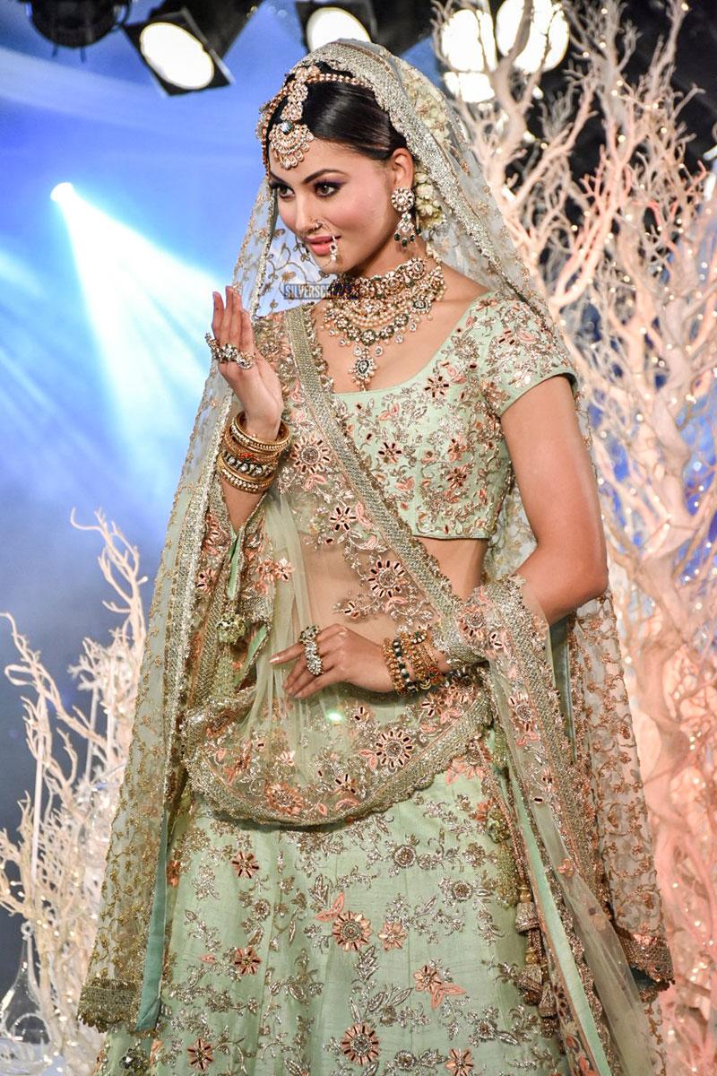 Urvashi Rautela Kriti Kharbanda Walks For Vikram Phadnis At The Wedding Times Show
