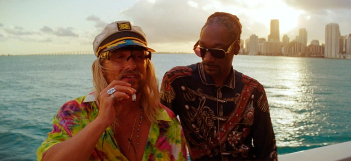 Moondog_(Matthew_McConaughey)_and_Lingerie_(Snoop_Dogg)_in_THE_BEACH_BUM._Courtesy_of_NEON_and_VICE