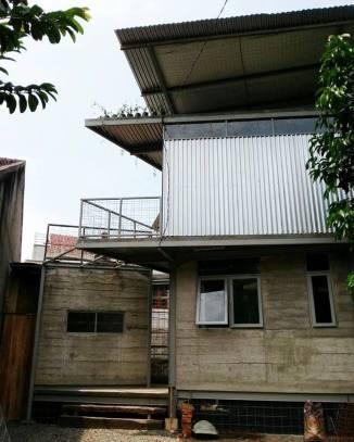 Dinding sebagian beton cor setebal 7 cm. (Foto: Koleksi Yu Sing)