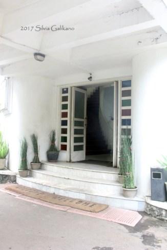 Pintu utama Bumi Siliwangi. Terlihat pula tangga lengkung menghubungkan lantai 2 dan lantai 3. (Foto: Silvia Galikano)