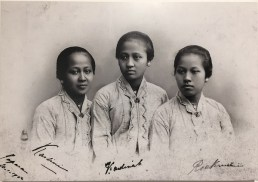 """Kartini, Kardinah, Roekmini di Semarang, akhir Desember 1901. Kardinah meminta """"sebuah foto tiga saudari yang dipotret untuk terakhir kalinya"""" (surat Kartini untuk Rosa, 21 Desember 1901)."""