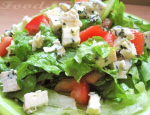 Зелена салата със синьо сирене