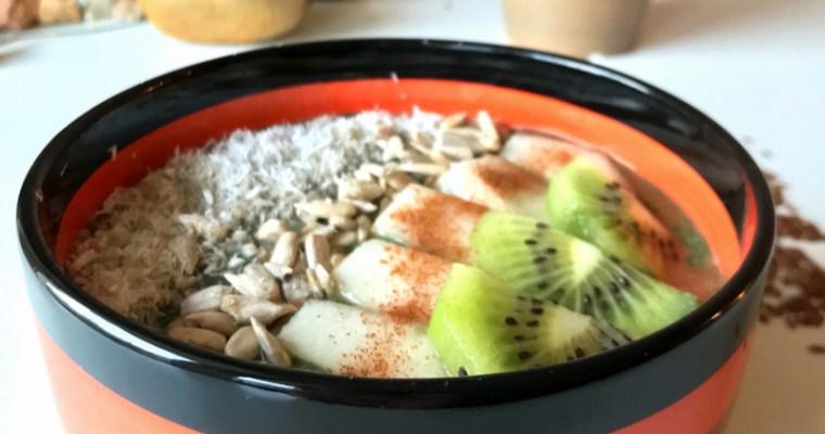 Смути в купа с плодове, ядки и Свежа Спирулина