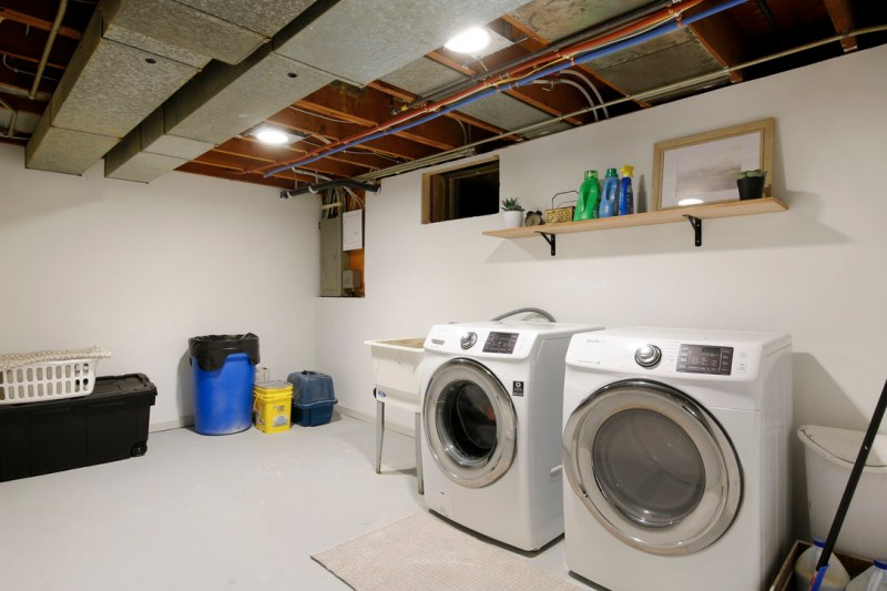 Basement laundry room / Sima Spaces