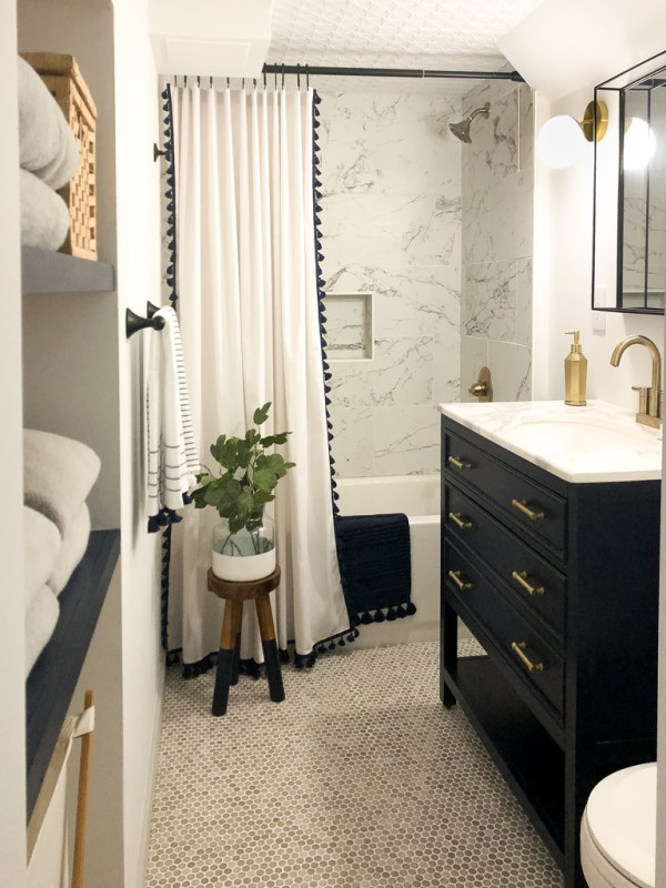 Basement bathroom: navy, marble, gray and white bathroom / Sima Spaces