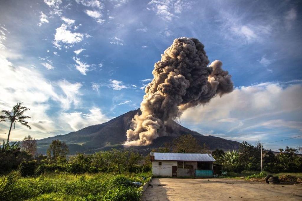 Gunung Sinabung meletus empat kali disertai luncuran awan