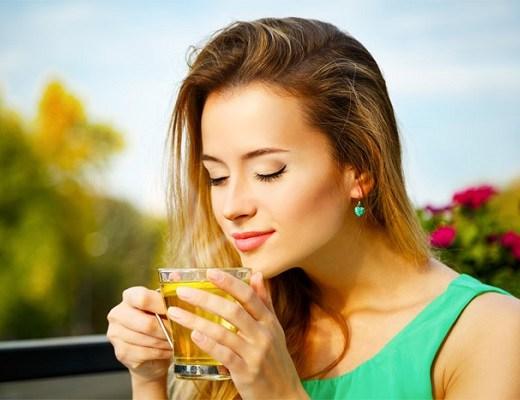 femeie care bea ceai