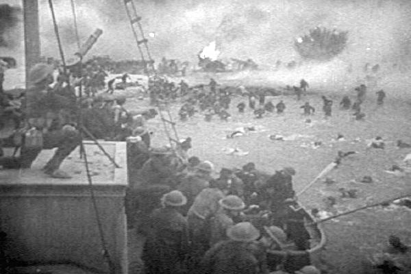 Soldatii britanici in timpul evacuarii de pe plajele din Dunkirk