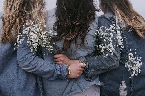 trei prietene