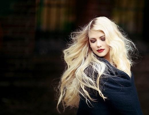 portret fata cu par blond