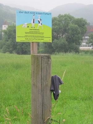 Ein Schild und seine Unterhose (mutmaßlich)