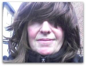 Frau mit Faschingsperücke