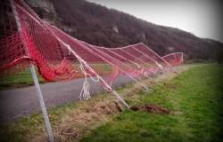 Ballauffangnetz über einem Feldweg