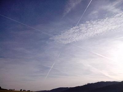 Der blaue Himmel, ein Klischee? Aber nicht mit einem Kreuz aus Kondensstreifen!