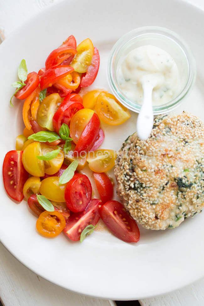 kipburger met tomatensalade. Whole30 recepten   simoneskitchen.nl