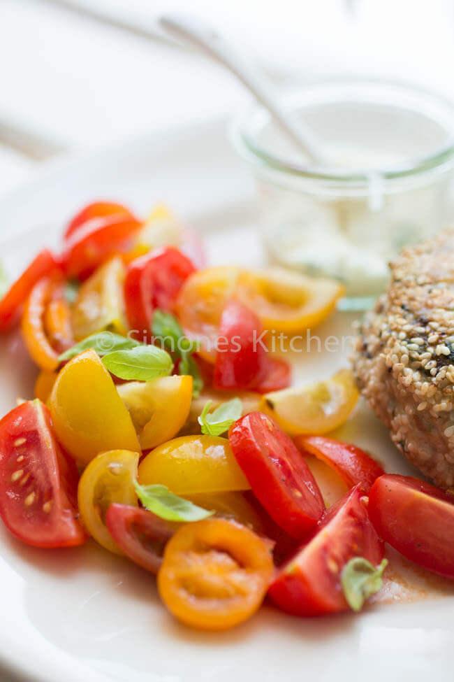 tomatensalade met een kipburger. Whole30 recepten   simoneskitchen.nl