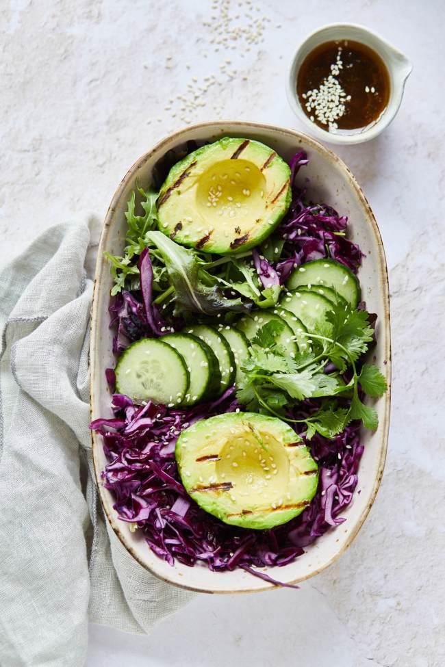 Heerlijke salade van rode kool en geroosterde avocado