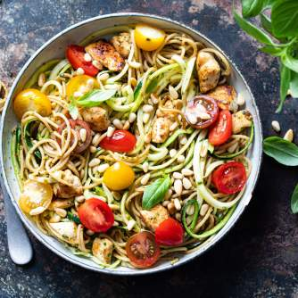 Kippesto met courgettespaghetti