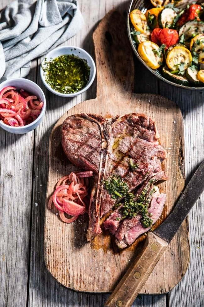 T-bone steak met chimichurri saus De perfecte steak