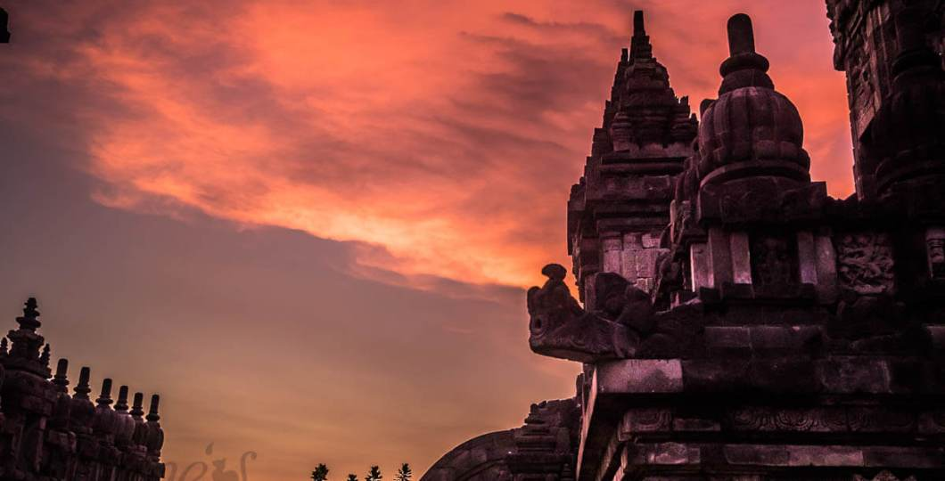 Zonsondergang bij Prambanan tempel - java