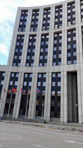 An diesem sehr weiten Gebäude in Moskau kann man gute fünf Minuten entlanglaufen.
