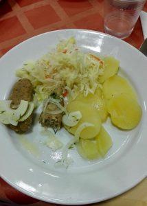 Darf ich vorstellen: Frikadellen mit Kartoffeln und Sauerkraut. Oder war es doch Schnitzel?